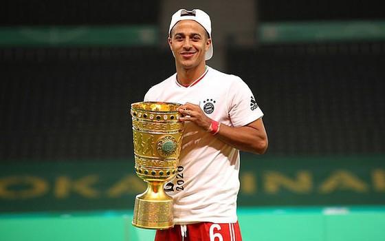Thiago với chiếc Cúp Quốc gia Đức