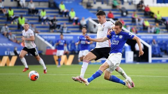 Kết quả và xếp hạng Ngoại hạng Anh vòng 36: Thắng Palace, Man United bắt kịp Leicester ảnh 1