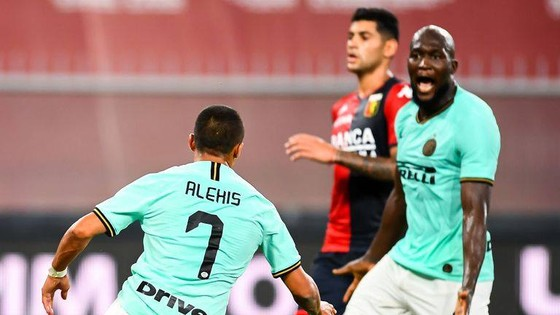 Alexis Sanchez (trái) phối hợp ăn ý với Romelu Lukaku