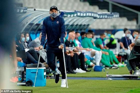 Kylian Mbappe  chống nạng ra sân, theo sau anh sẽ
