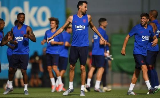 Các cầu thủ Barcelona trên sân tập