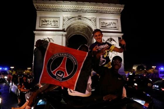 Các fan PSG ăn  mừng trước Khải Hoàn môn
