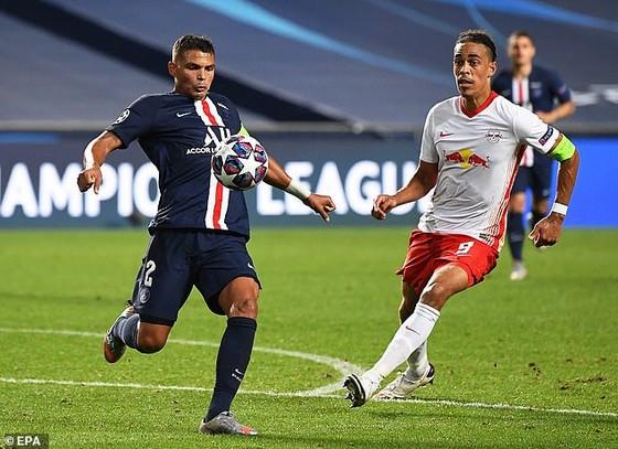 Thiago Silva (trái, PSG trong trận gặp Leipzig.