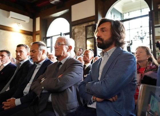 Andrea Pirlo (phải) đã sớm có cơ hội thành danh trên cương vị mới