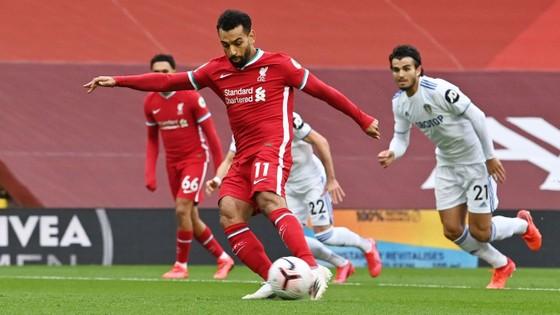 Mo Salah ghi hattrick giúp Liverpool khuất phục Leeds trong cơn mưa 7 bàn thắng ảnh 1