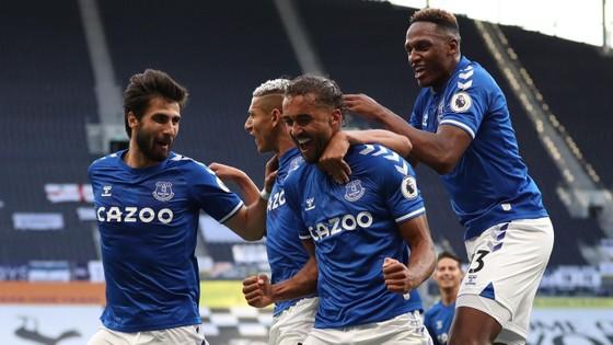 Everton mừng chiến thắng trên sân Tottenham