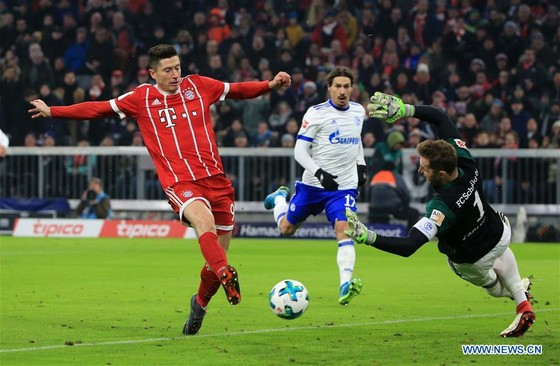 Robert Lewandowski uy hiếp khung thành Schalke