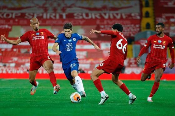 Christian Pulisic  đi bóng trước hàng thù Liverpool