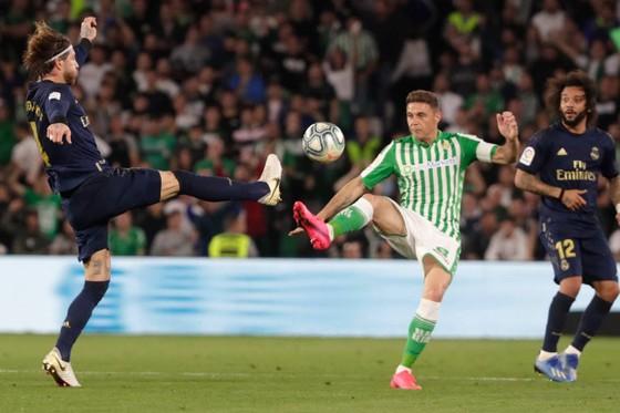 Sergio Ramos cản phá mũi nhọn Betis.
