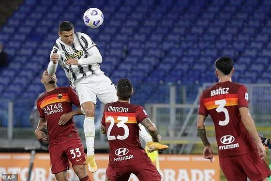 Ronaldo gỡ hòa cho Juventus trên chấm 11m