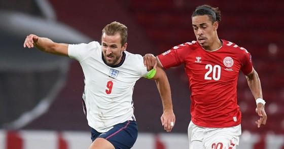 Harry Kane đi bóng qua hậu vệ Đan Mạch