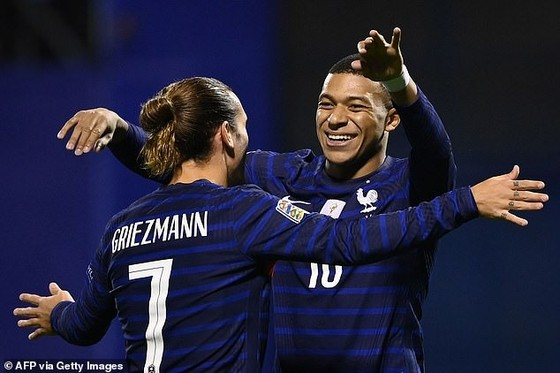 Antoine Griezmann và Kylian Mbappe mừng chiến thắng