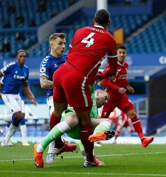 Pickford có thể bị treo giò 3 trận vì cú tắc bóng khủng khiếp gây chấn thương cho Van Dijk ảnh 2