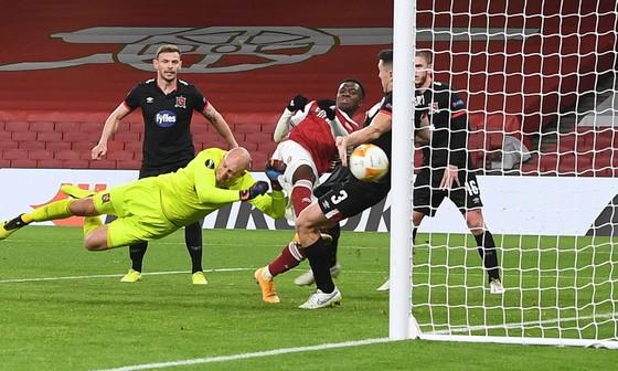 Arsenal đè bẹp Dundalk 3-0