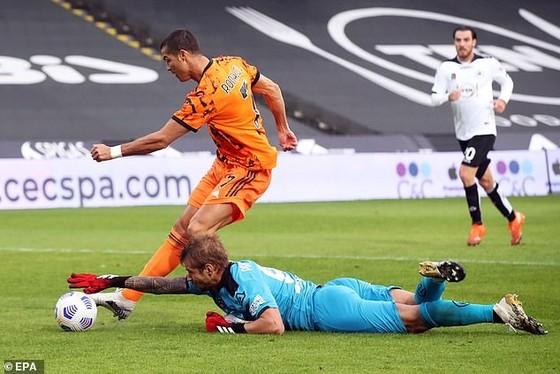 Ronaldo đi bóng qua thủ môn Spezia trước khi ghi bàn vào lưới trống