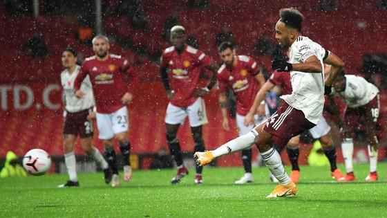 Aubameyang nổ súng, Arsenal nhấn chìm Man United ngay tại Old Trafford ảnh 1