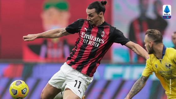 Zlatan Ibrahimovic sút bóng trước khung thành Verona