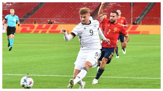 Timo Werner sút bóng trước khung thành Tây Ban Nha