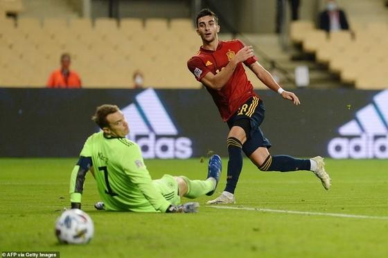 Tiền đạo trẻ Ferran Torres lập hattrick