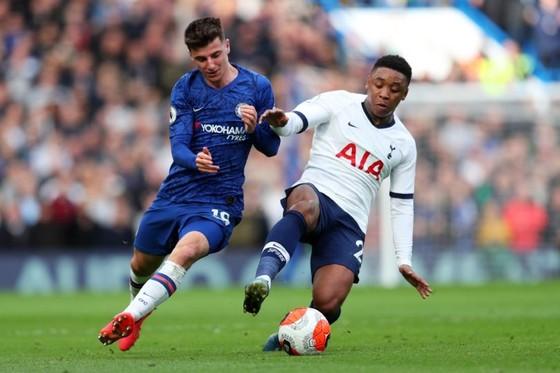 Mason Mount tranh bóng với hậu vệ Tottenham