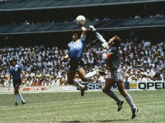Maradona với bàn thắng nio63i tie6`1ngf là 'Bàn tay của Chúa' vào lưới tuyển Anh