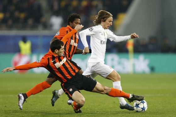 Luka Mpodric đi bóng qua hậu vệ Shakhtar