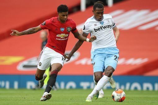 Marcus Rashford tranh bóng với hậu vệ West Ham