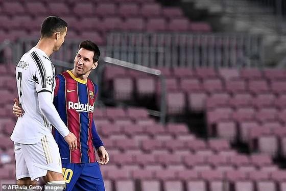 Ronaldo và Messi trò chuyện sau trận đấu