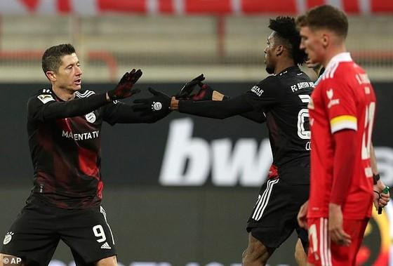 Robert Lewandowski mừng bàn thắng cùng Kingsley Coman