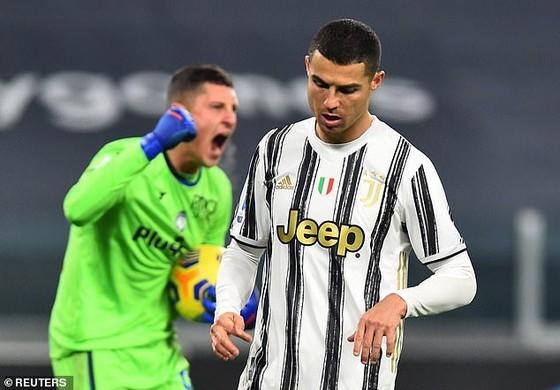 Thủ môn Gollini bắt bài quả -phạt đền của Ronaldo