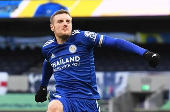 Jamie Vardy tỏ sáng khi góp cộng trong cả 2 bàn thắng