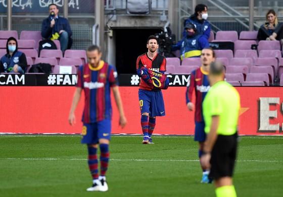 Nhận cúp Pichichi, Leo Messi dành sự tôn kính tới Diego Maradona ảnh 2