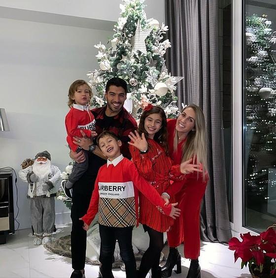 Cristiano Ronaldo và Luis Suarez đón năm mới 2021 cùng gia đình, Jordan Henderson nhâm nhi một mình đêm giao thừa ảnh 2