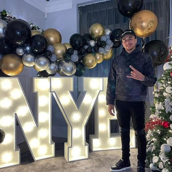 Cristiano Ronaldo và Luis Suarez đón năm mới 2021 cùng gia đình, Jordan Henderson nhâm nhi một mình đêm giao thừa ảnh 3