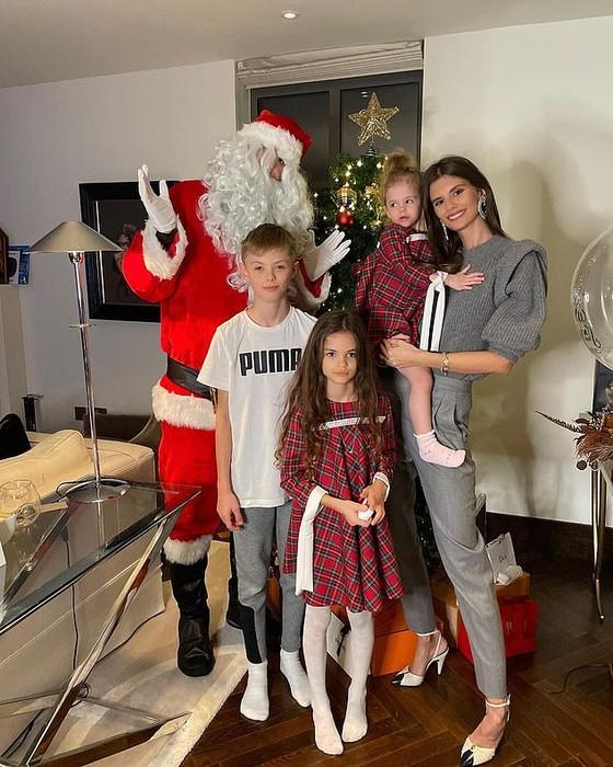 Cristiano Ronaldo và Luis Suarez đón năm mới 2021 cùng gia đình, Jordan Henderson nhâm nhi một mình đêm giao thừa ảnh 5
