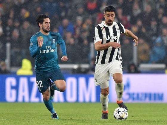 Isco (trái) sẽ rời Real Madrid để thế chỗ Khedira ở Juventus