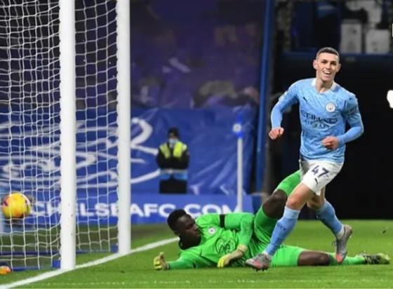 Phil Foden ghi bàn vào lưới Chelsea