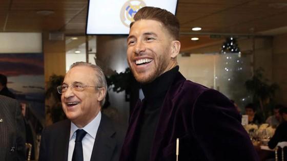Sergio Ramos gây sốc cho Chủ tịch Real Madrid: 'PSG sẽ xây dựng đội hình với tôi và Messi' ảnh 1