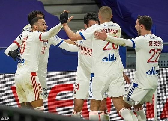 Lyon ăn mừng chiến thắng
