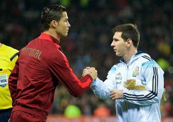 Jamie Carragher nói Messi giỏi hơn Ronaldo nhưng ông tôn trọng CR7 hơn ảnh 1