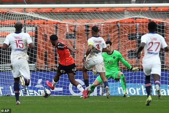 PSG dính đòn phản công của Lorient