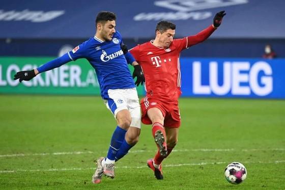 trung vệ Ozan Kabak tranh bóng với Rpobert Lewandowski của Bayern Munich