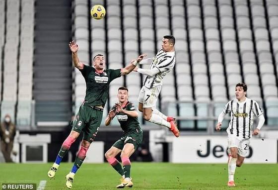 Ronaldo như bay trên không để ghi bàn bằng đầu