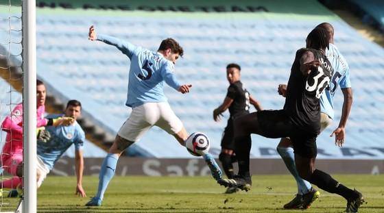 Man City thắng trận thứ 14 liên tiếp, Pep Guardiola ghi cột mốc 200 trận thắng ảnh 1