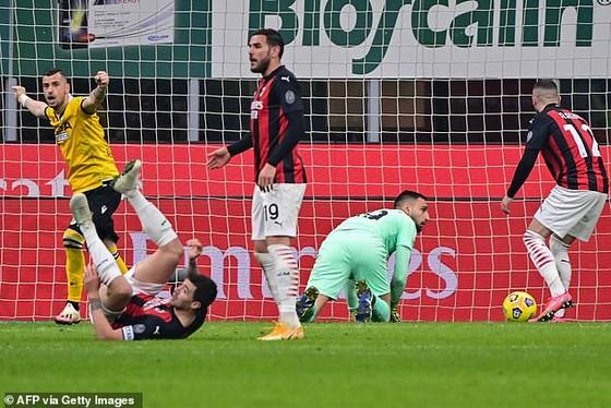 AC Milan may mắn gỡ hòa