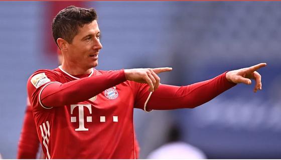 Robert Lewandowski ăn mừng bàn thắng
