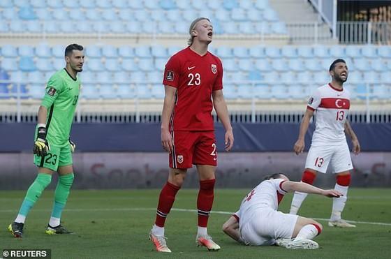 Na Uy chỉ trích Haaland: Chỉ bùng nổ ở Dortmund, không nổi lửa ở đội tuyển! ảnh 1