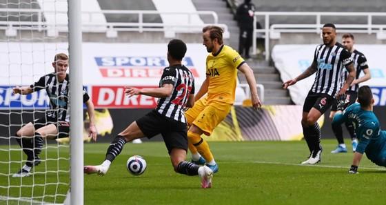 Harry Kane ghi cú đúp nhưng Tottenham lại đánh rơi chiến thắng phút cuối ảnh 1