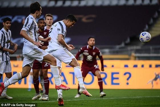 Ronaldo đánh đầui ghi bàn giúp Lão Phu nhân giành 1 điểm trong trận derby Turin