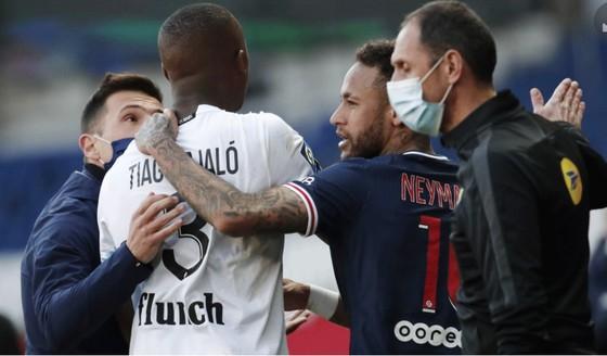 Các quan chức phaz3i can thiệp khi 2 cầu thủ giận dữ cùng rời sân